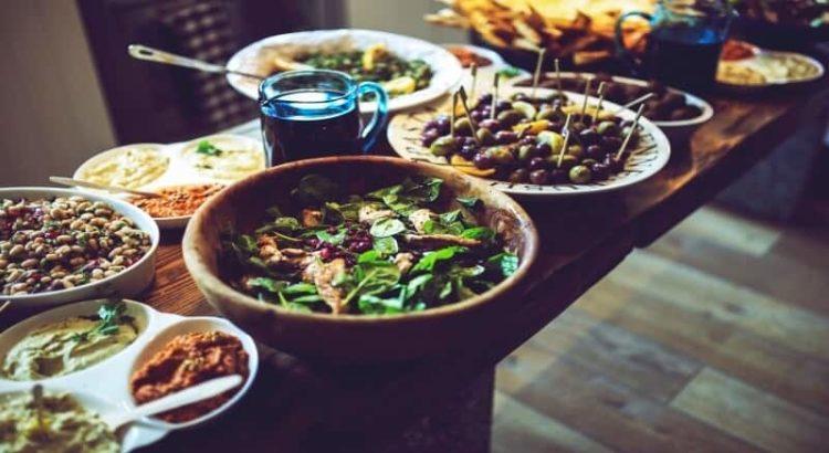 tervislik toit söök jook salat klaasist kruus oad pasteet laud