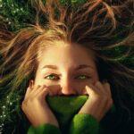 loodus inimesed muru tüdruk käed lilled rohelised silmad juuksed maa