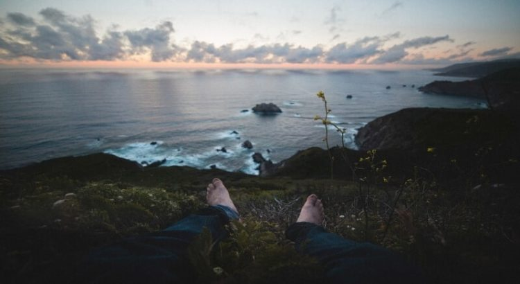 paljajalgseid hetki paljajalu mees meri kivid pilved lill